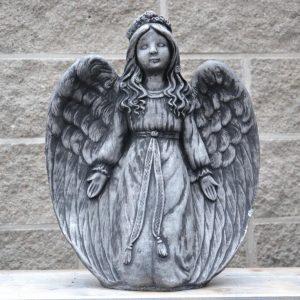 Patsas-enkeli-polvillaan